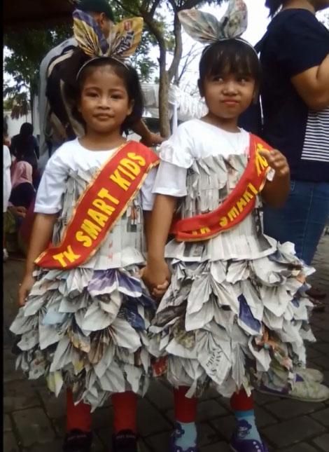 contoh baju dari koran bekas untuk anak perempuan 2021